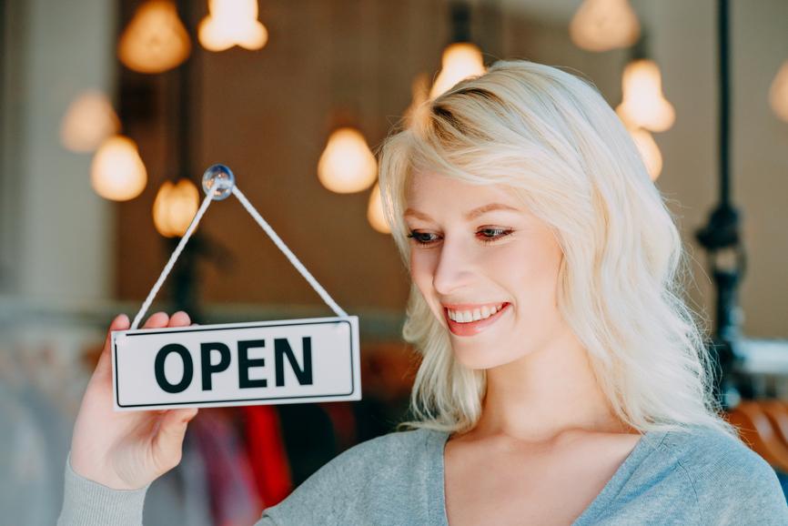 donna che apre negozio