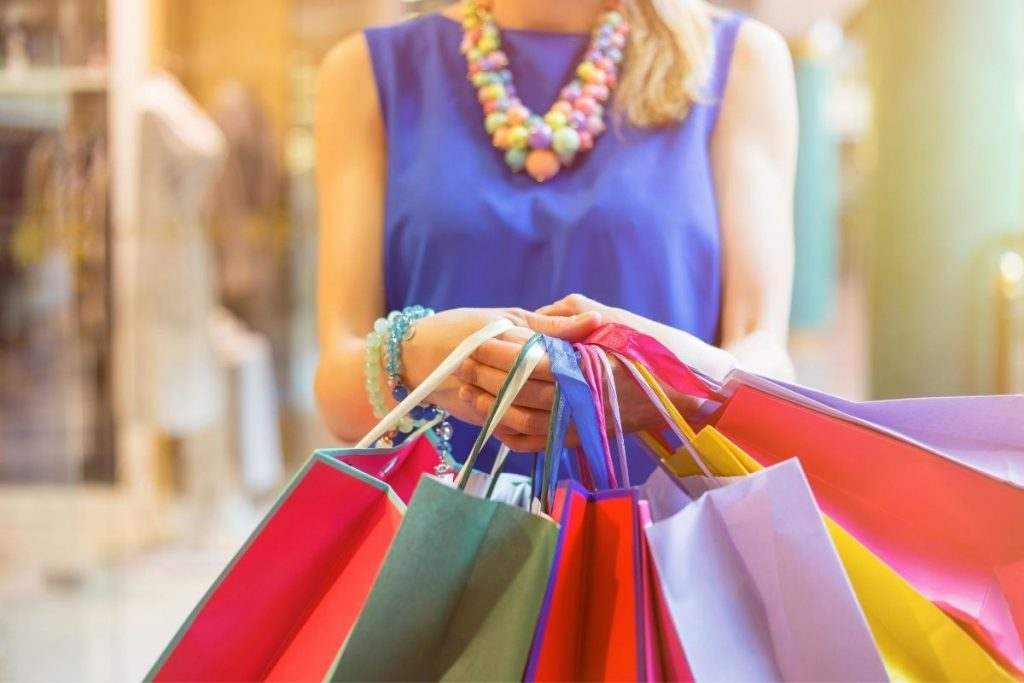 shopping per I saldi estivi 2020